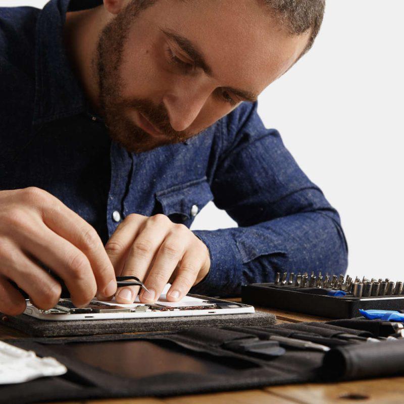 electronic-repair-service-2VZM6SX.jpg